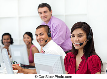 positief, zakenlui, met, koptelefoon, op, werkende