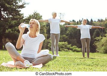 positif, enchanté, femme, eau potable