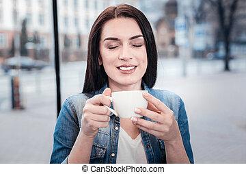 positif, enchanté, femme, personne, apprécier, savoureux, café