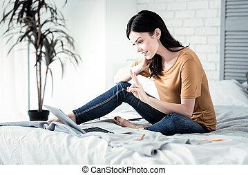 positif, enchanté, femme, personne, communiquer, ligne