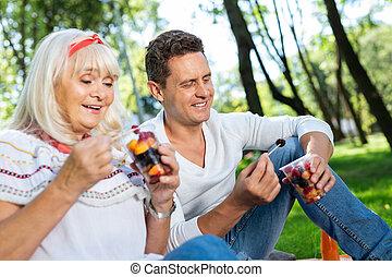 positif, enchanté, femme, personne, regarder, salade fruits