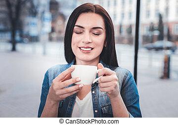 positif, enchanté, femme, personne, sentir, café, arôme