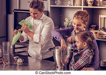 Maman et fille lesbienne amusant
