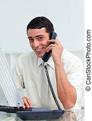 positif, homme affaires, téléphone, appeler