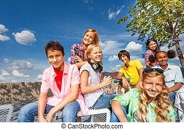 positif, multinational, groupe gosses, asseoir, ensemble