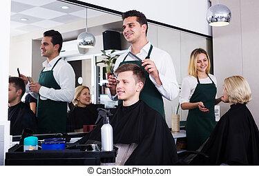 positif, servir, adolescent, mâle, hairstyler