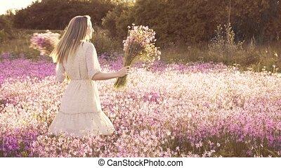 position femme, bouquet, jeune, wildflowers, fleurir, pré, ensoleillé