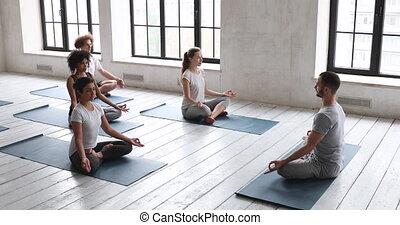 position, gens, mâle, assis, méditer, entraîneur,...
