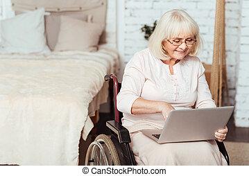 positiv, avstängd kvinna, surf internetet