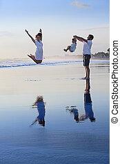 positiv, familie, spaß haben, auf, schwarzer sand, meer, sandstrand