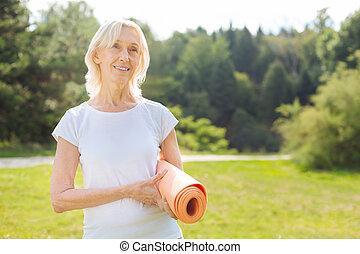 positiv, henrykt, senior kvinde, holde, hende, dim