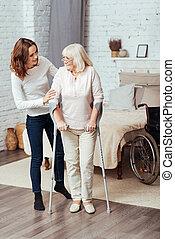 positiv, kvinna, portion, han, farmor, till promenera, med, kryckor