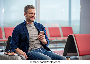 positivo, adulto, sujeito, é, desfrutando, melodia, usando, smartphone