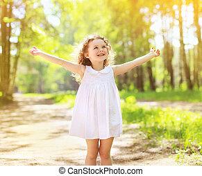 positivo, charmant, riccio, piccola ragazza, godere, estate, giorno pieno sole, e