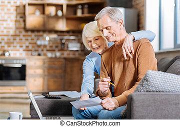 positivo, encantado, mujer, abrazar, ella, marido