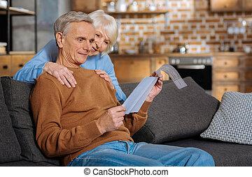 positivo, encantado, mujer, poniendo, manos, ella, marido, hombros