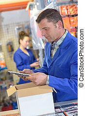 positivo, giovane, storekeeper, lavoro, in, magazzino
