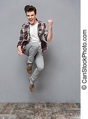 positivo, joven, aire, saltar, sonriente, casual, hombre