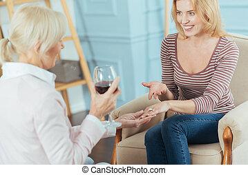 positivo, mulher, bravata, dela, anel acoplamento, e, sorrindo, alegremente