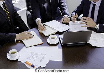 possedere, gruppo, persone, discutere, raccolto, mani, ufficio, laptop., immagine, tavola, lavorativo, affari