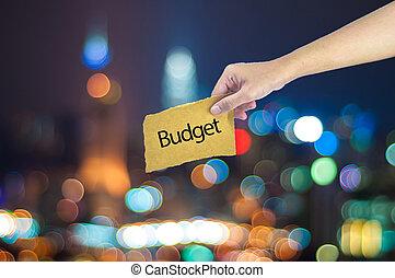 possession main, a, budget, signe, fait, sur, sucre, papier, à, lumière ville, bokeh, comme, fond