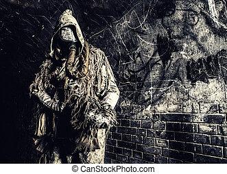 poste, apocalíptico, criatura, em, máscara gás, armado, arma