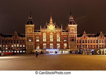 poste central, dans, amsterdam, les, pays-bas, soir