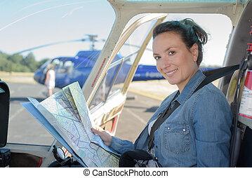 poste pilotage, carte, tenue femme, hélicoptère
