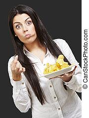 potatoe, donna mangia, giovane, contro, sfondo nero, patatine fritte