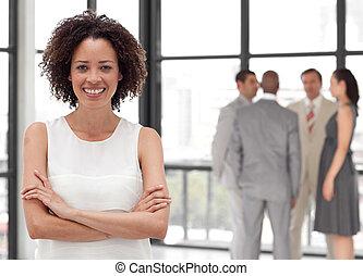 potrait, de, un, hermoso, mujer de negocios, sonriente, en,...