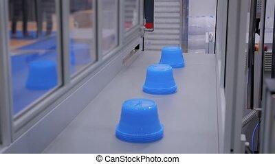 pots, convoyeur, automatique, robotique, bleu, ceinture, en mouvement, ligne, production, plastique