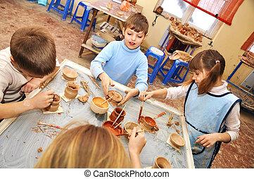 pottemagerværksted, gruppe, børn, studio, ler, formning