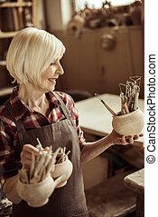 pottemagerværksted, kvinde, kummer, værksted, holde, senior, redskaberne