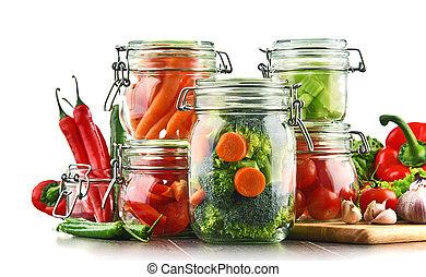 potten, met, marinated, voedingsmiddelen, en, rauwe grostes, vrijstaand, op wit