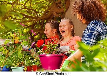 potting, flickor, nöje, blomningen, vänner, ha, lycklig