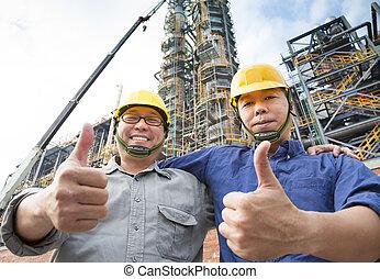 pouce haut, ouvriers, usine, deux, heureux
