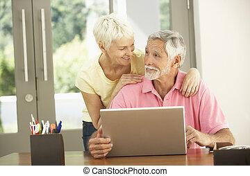 pouití počítač na klín, dvojice, starší, domů