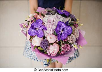 pourpre, bouquet, tenant mains, girl, fleurs