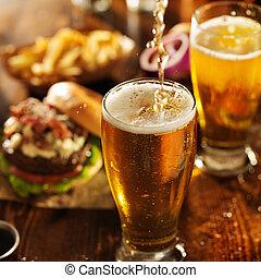 pouting, bier, in, glas, met, burgers, op, wooden table,...