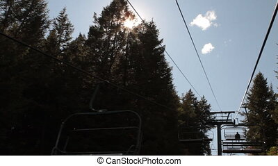 pov, chairlift, met, de gloed van de lens, in, bomen