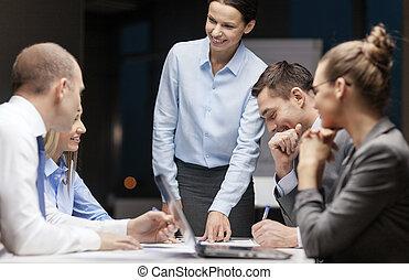 povolání, boss, mluvící, samičí, mužstvo, usmívaní