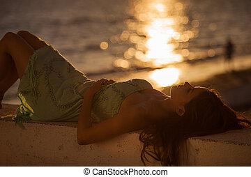 povolit, na pláži, během, západ slunce
