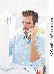 poważny, człowiek, używając, telefon, i, komputer, w, biuro