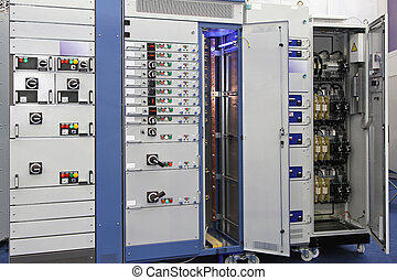 Power distribution board current breakers with overcurrent protection