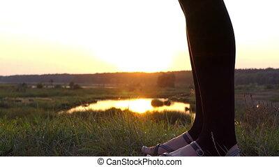 powoli taniec, motion., wysmukły, kobieta, zachód słońca, nogi