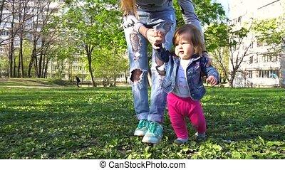 powolny, jej, ruch, kroki, macierz, niemowlę, nauczanie, pierwszy