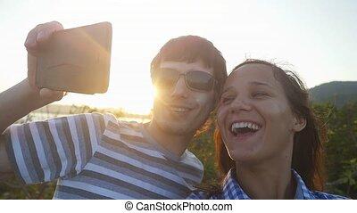 powolny, para, romantyk, vacation., wpływy, motion., video, podczas, zachód słońca, selfie