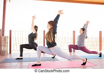 poza, yoga klasa, pracujący kobiety