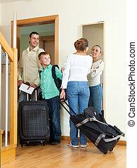 pozitív, család, utazó, noha, poggyász, alatt, otthon, folytatódik holiday