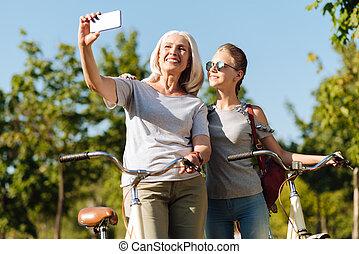 pozitív, senior woman, gyártás, fénykép, noha, neki, meglehetősen, lányunoka